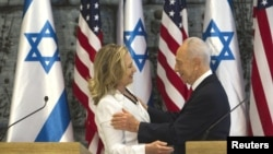 16일 회담을 가진 미국 클린턴 국무장관(오른쪽)과 시몬 페레스 이스라엘 대통령.