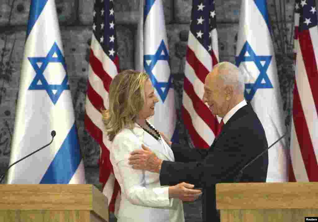 Clinton le ha dicho al presidente de israel, Simon Peres que ambos países deben trabajar juntos y que la Primavera Árabe puede ser una oportunidad.