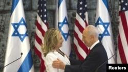 Menlu AS Hillary Clinton bersalaman dengan Presiden Israel Shimon Peres sebelum konferensi pers bersama di Yerusalem (16/7).