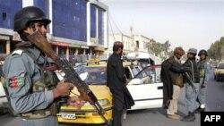 Pripadnici avgansitanske policije vrše pretres na ulicama Kabula
