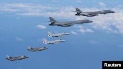 지난 2017년 일본 큐슈 인근에서 미 초음속 전략폭격기 B-1B 랜서가 일본 자위대의 F-15 전투기와 함께 비행하고 있다. (자료사진)