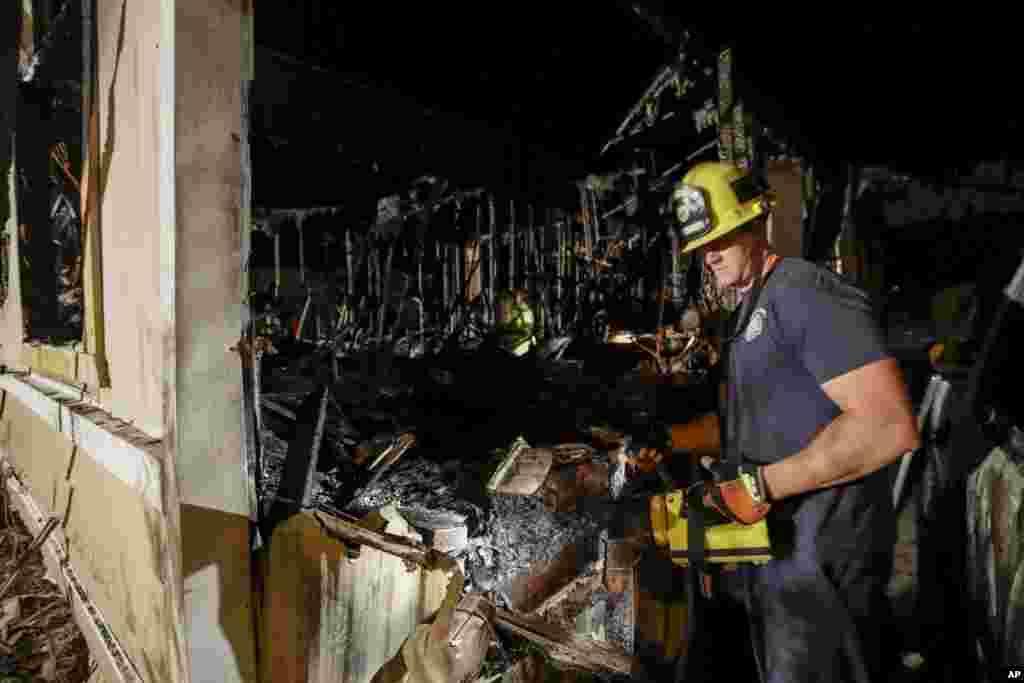 Um bombeiro numa casa que ardeu devido ao terramoto de magnitude 7.1 que atingiu a cidade de Ridgecrest no sul da Califórnia