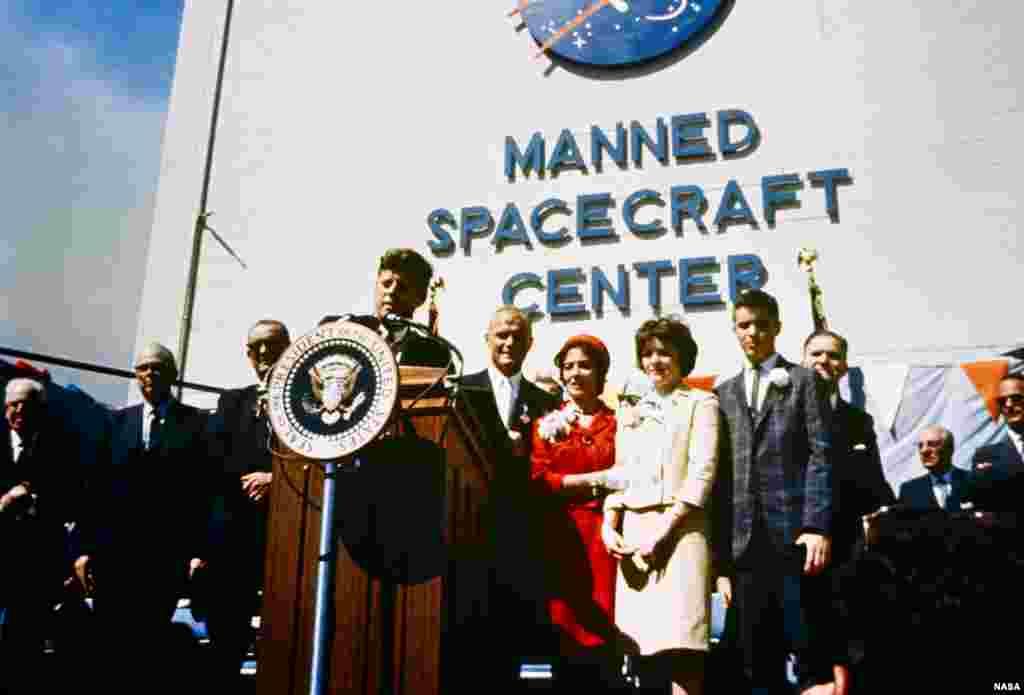 El presidente John F. Kennedy rinde tributo al astronauta John Glenn por su histórica misión de orbitar la Tierra por primera vez.