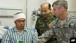 夏普将军看望韩国海军陆战队员