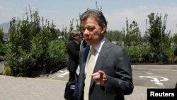 El presidente Juan Manuel Santos enfrenta un aluvión de críticas por la manera cómo avanzan las conversaciones con las FARC en La Habana.