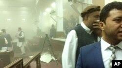Seorang anggota parlemen meninggalkan ruang sidang utama setelah ledakan bom bunuh diri di depan gerbang utama parlemen (22/6).