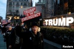 Demo memprotes tembok pembatas di depan Trump International Hotel & Tower di New York, 15 Februari 2019.