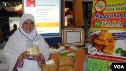 Dwi Puji Astuti, wirausaha muda pembuat 'Nugget Sayur' dalam pameran Wirausaha Mandiri Expo 2014 di Jakarta (15/1). (VOA/Andylala Waluyo)