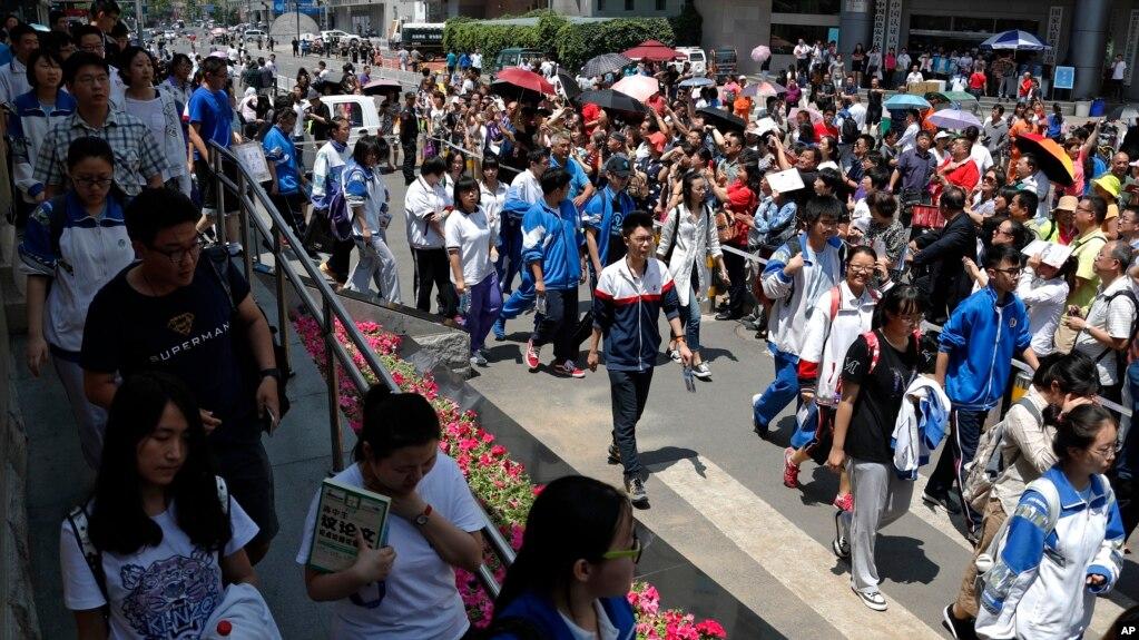 北京高考學生們走出考場(2017年資料照片)