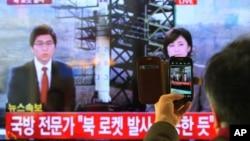 Tin tức trên truyền hình về vụ phóng hỏa tiễn của Bắc Triều Tiên, ngày 12/12/2012.