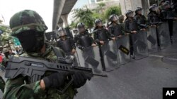 Binh sĩ Thái Lan đứng gác trong lúc diễn ra 1 cuộc biểu tình phản đối vụ đảo chánh tại Bangkok, Thái Lan, 24/5/2014