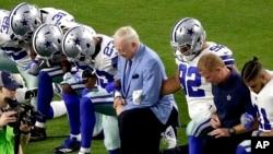 Le propriétaire de l'équipe des Dallas Cowboys, Jerry Jones, pose son genou comme ses joueurs, lors de l'hymne nationale à Glendale, le 25 septembre 2017.