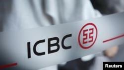 國工商銀行在北京一家分行大門上的標誌。(2019年4月1日)