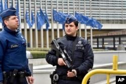 Cảnh sát tuần tra tòa nhà ủy ban Liên hiệp Châu Âu sau các vụ nổ ở Brussels, ngày 22/3/2016.