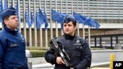 ຕຳຫຼວດພວມລາດຕະເວນ ທີ່ຕຶກອາຄານກຳມາທິການຢູໂຣບ ໃນນະຄອນ Brussels ປະເທດແບລຈ້ຽມ. (22 ມີນາ 2016)