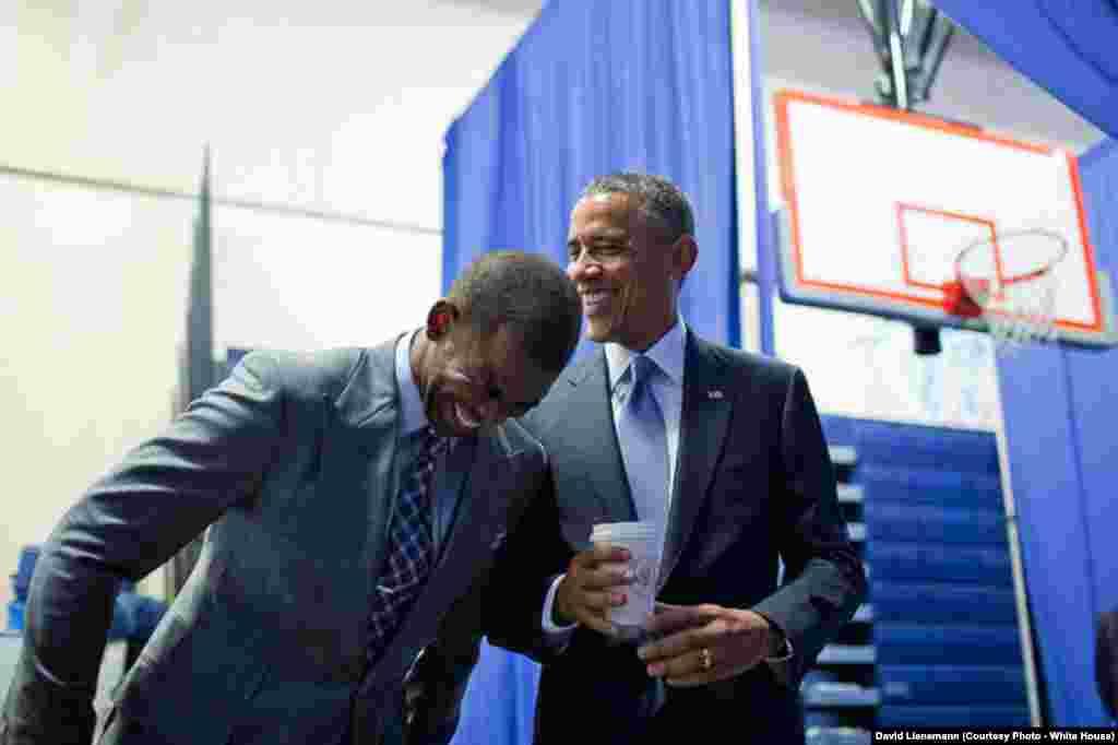 Le président plaisante avec le joueur de Basketball Chris Paul à Washington DC, le 21 juillet 2014.
