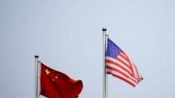 上海一家公司楼外的美中国旗。