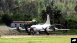 资料照片:被撞坏的美国EP-3E侦察机停在海南岛陵水机场的跑道上。(2001年6月16日)