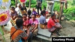 Warga desa Abi, Oenino, Kabupaten Timor Tengah Selatan, NTT, tetangga Adelina menunggu proses penguburan jenazah di makam setempat. (Foto: courtesy)