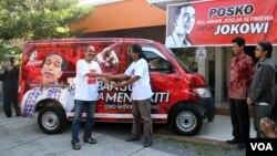 Penyerahan satu unit mobil dari wakil komunitas Gusdurian kepada wakil Jaringan Kerja Relawan Jokowi-JK (Jangkar) di Yogya, Jumat (23/5).