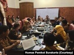 Suasana rapat koordinasi Pemkot Solo dipimpin Wali Kota Solo dalam menetapkan Solo KLB virus corona, Jumat malam (13/3) di rumah dinas Wali Kota Solo.