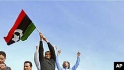 利比亚人在坦克上挥动前卡扎菲时代国旗