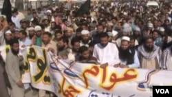 Ratusan demonstran berunjuk rasa di Kashmir yang dikuasai Pakistan (27/10).