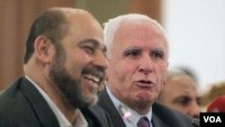Ketua Delegasi Hamas, Mousa Abu Marzook (kiri) dan delegasi Fatah Azzam al-Ahmad melakukan perundingan rekonsiliasi di Kairo, Mesir (27/4).