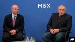 霍多尔科夫斯基(右)和金融家威廉·布劳德出席了2018年11月20日在伦敦举行的联合记者招待会。(2018年11月20日)