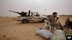 在的黎波里附近與武裝分子戰鬥的利比亞軍人 (資料照片)