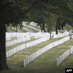 Urushda o'lgan minglab askarlar Virjiniya shtatidagi Arlington qabristoniga dafn etilgan
