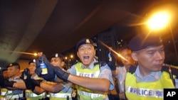 """2011年""""七一大遊行""""後﹐香港警察被事先未警告之下向佔據中環道路的示威者噴射胡椒噴霧(資料圖片)"""