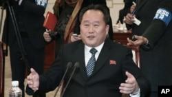 9일 판문점 '평화의 집'에서 열린 남북고위급회담에서 북측 단장인 리선권 조국평화통일위원회 위원장이 기자들에게 북한의 입장을 밝히고 있다.