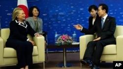 아시아 태평양 경제 협력 (APEC) 정상 회의 양자간 회담에서 클린턴 미 국무장과 회견을 나누는 이명박(오른쪽) 한국 대통령