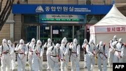Binh sĩ Hàn Quốc tẩy độc ở thành phố Daegu.