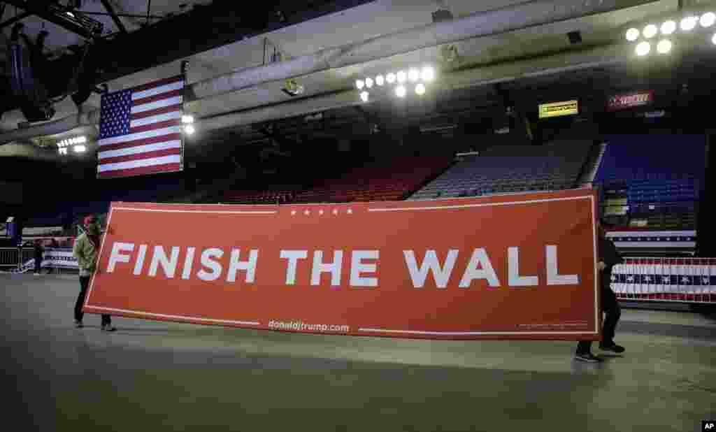 حامیان پرزیدنت ترامپ در شهر مرزی «ال پاسو» در مرز تگزاس با مکزیک، در حال آماده سازی محل سخنرانی او هستند. تنها چهار روز به پایان ضرب الاجل پرزیدنت ترامپ باقیمانده است. اگر دولت و دموکرات ها به توافق نرسند، دوباره دولت آمریکا تعطیل می شود.