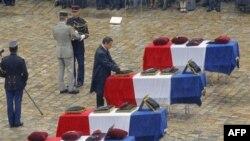 Tổng thống Pháp Nicolas Sarkozy gắn huân chương trên các quan tài phủ quốc kỳ của các binh sĩ Pháp tử nạn ở Afghanistan