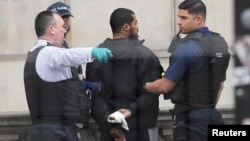 Polisi menangkap seorang pria yang menurut mereka membawa pisau di dalam tas di dekat parlemen Inggris, hari Kamis (27/4).