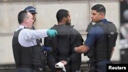 برطانوی پولیس مرکزی لندن سے چاقو بردار مشکوک شخص کو گرفتار کر رہی ہے۔ 27 اپریل 2017