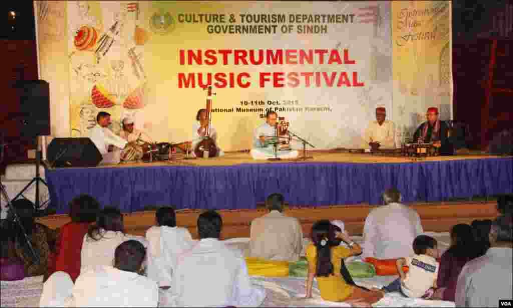 کراچی: مشہور سارنگی نواز، استاد مظہر اپنی دھنیں پیش کرتے ہوئے