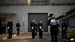 2012年10月25日,中国政府组织驻北京的外国记者参观第二看守所,图为警察在看守所大门外对记者进行安检。