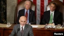 El vicepresidente de EE.UU. Joe Biden, atrás a la izquierda, y el presidente de la Cámara de Representantes, John Boehner, atrás a la derecha, escuchan el discurso del presidente afgano, Ashraf Ghani, este miércoles, 25 de marzo, de 2015.