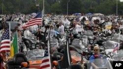 參加滾雷行動的摩托車手2011年5月29日聚集在五角大樓前准備出發