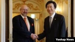 윤병세 한국 외교부 장관(오른쪽)이 1일 서울 롯데호텔에서 람베르토 자니에르 유럽안보협력기구(OSCE) 사무총장과 회담에 앞서 악수하고 있다.