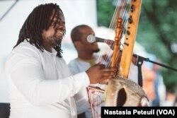 Le musicien Amadou Kouyate joue de la Kora à Dance Place, à Washington D.C., le 5 juin 2017. (VOA/Nastasia Peteuil)
