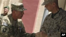 北約駐阿富汗聯軍指揮官彼得雷烏斯將軍(左)星期一正式將聯軍指揮權移交給美國將軍約翰.艾倫