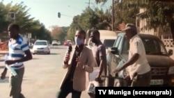 Jornalista da TV Muniga afastado por um polícia (TV screengrab).