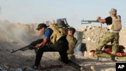 """在拉馬迪附近與""""伊斯蘭國""""組織武裝份子激戰的伊拉克安全部隊。(2015年6月15日資料照片)"""