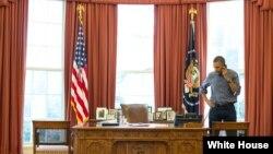 Tổng thống Obama đã nói chuyện điện thoại tại Phòng Bầu dục Tòa Bạch Ốc.