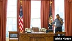奧巴馬總統星期六跟俄羅斯總統普京進行了90分鐘的電話交談 (白宮照片)